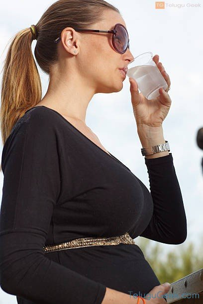 pregnant women drinking water
